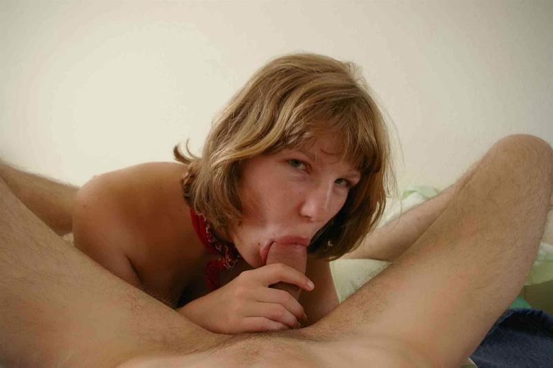 Молоденькая девушка не против активно отсасывать хер лежа в постели смотреть эротику