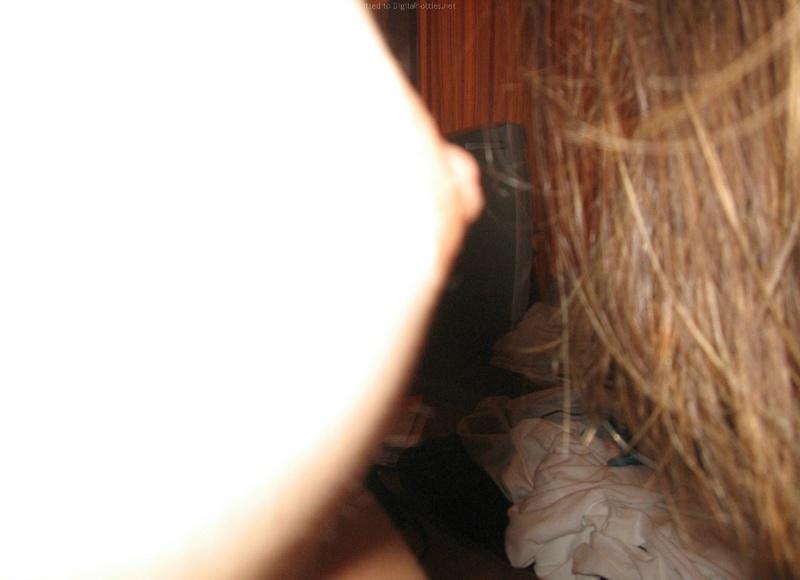 Бабенка сушит волосы феном стоя раком перед зеркалом