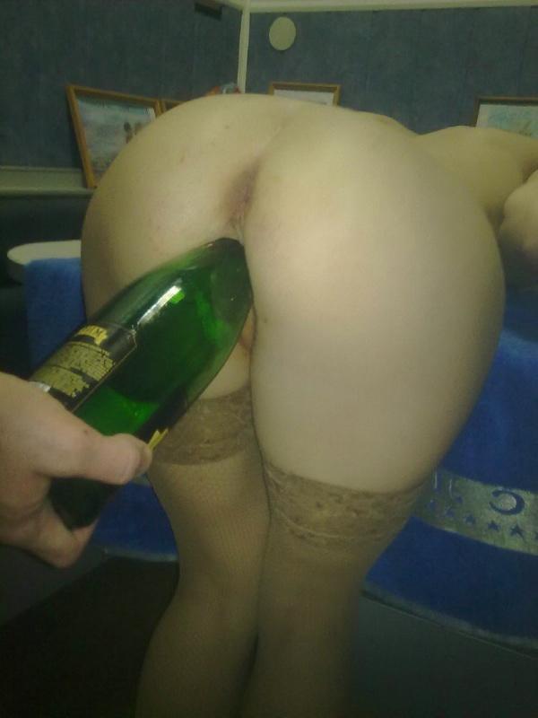 Бикса пихает в промежность бутылку от шампанского