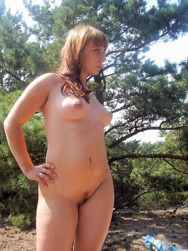 Голая woman бахвалится сиськами на поляне секс фото
