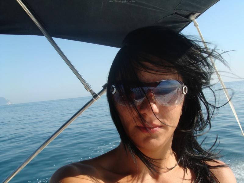 Давалка плескается на яхте в одних трусах