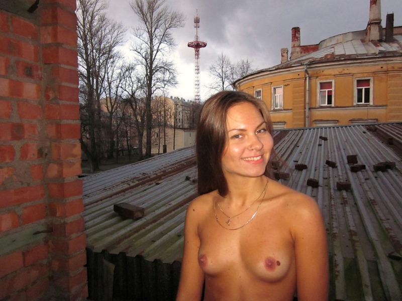 Ангелина стоит на крыше совершенно обнаженная