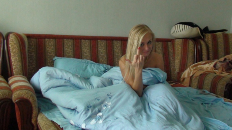 Блондинка разделась догола перед сном