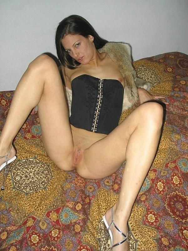 Развратная леди сосет большой писюн стоя на коленях