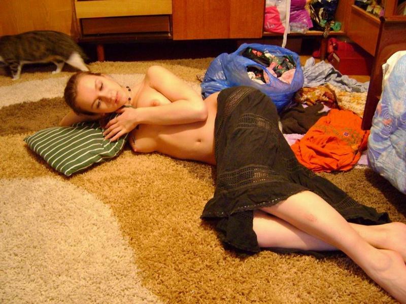 Сексапильная няшка не против ходить полуобнаженной по квартире секс фото
