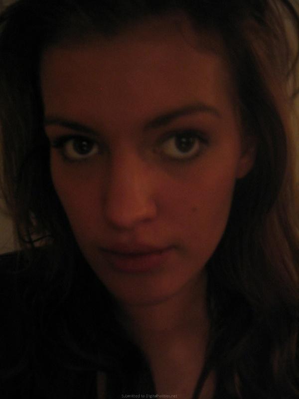 Молоденькая деваха регулярно делает похотливые селфи секс фото