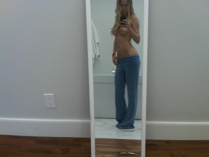 Хорошие титьки худенькой девушки отражаются в зеркале