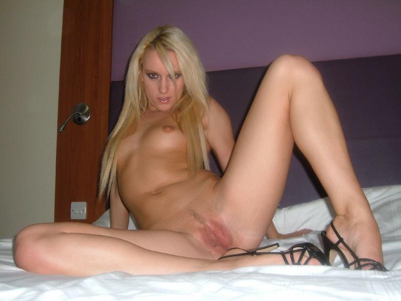 Сексапильная блондиночка фоткается для соседа перед совокуплением