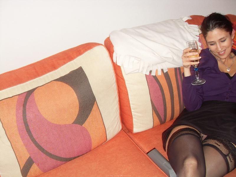 Темноволосая девка умело берет в рот болт у себя дома у товарища