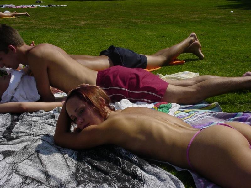 В отпуске возбуждающая подруга совершает разные шалости