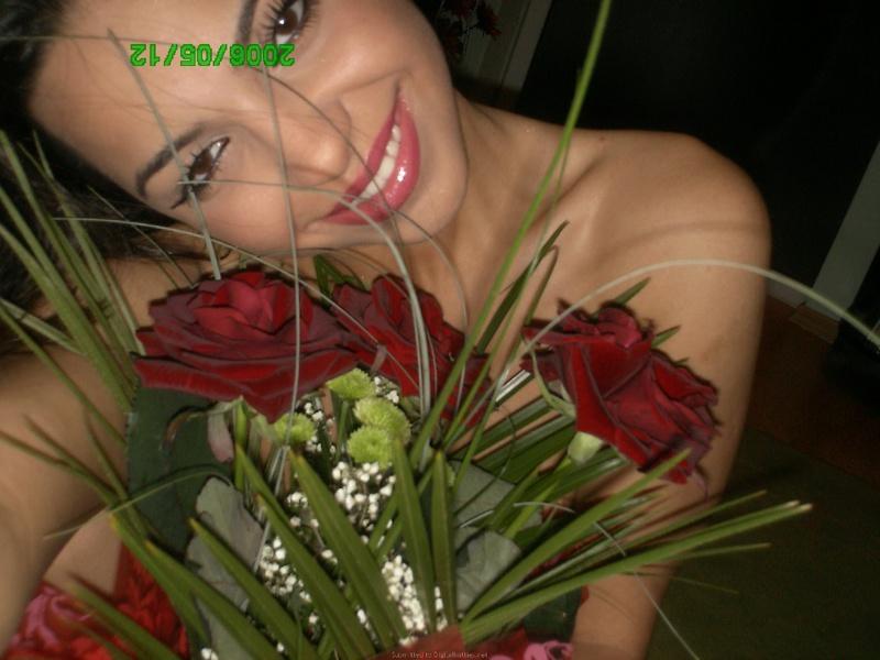Красивая нимфа с обнаженными сиськами обожает позировать дома с цветами