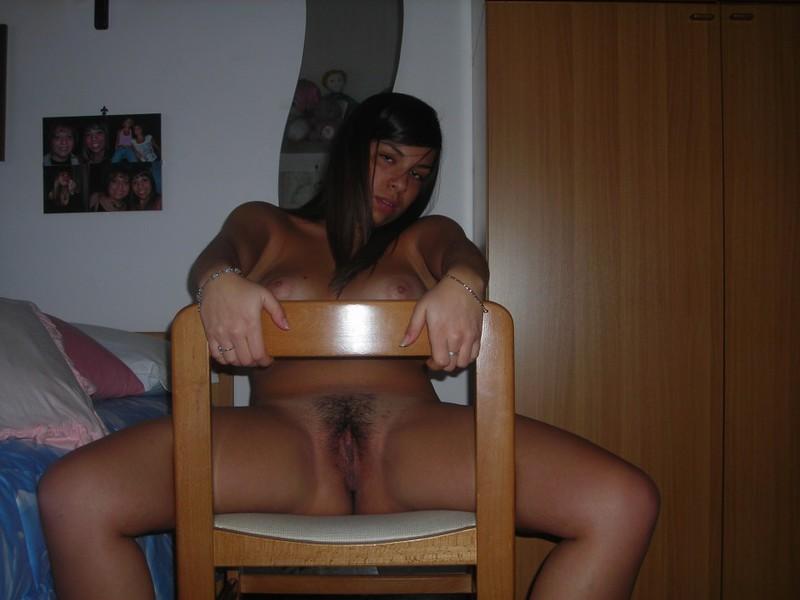 Заморская мадам светит мохнатку сидя на стуле