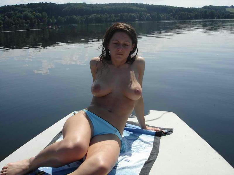 Молоденькая сучка без трусов сидит на носу катера