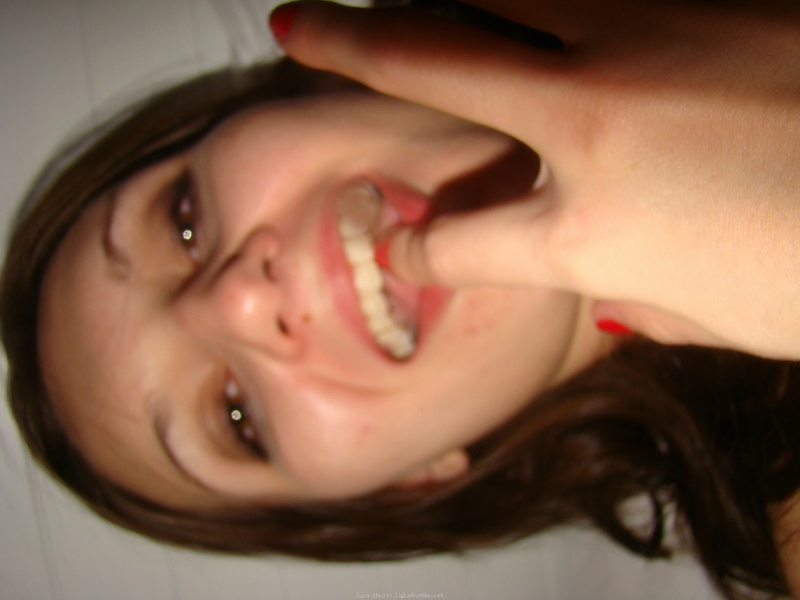 Совершеннолетняя деваха берет в рот перед самоудовлетворением