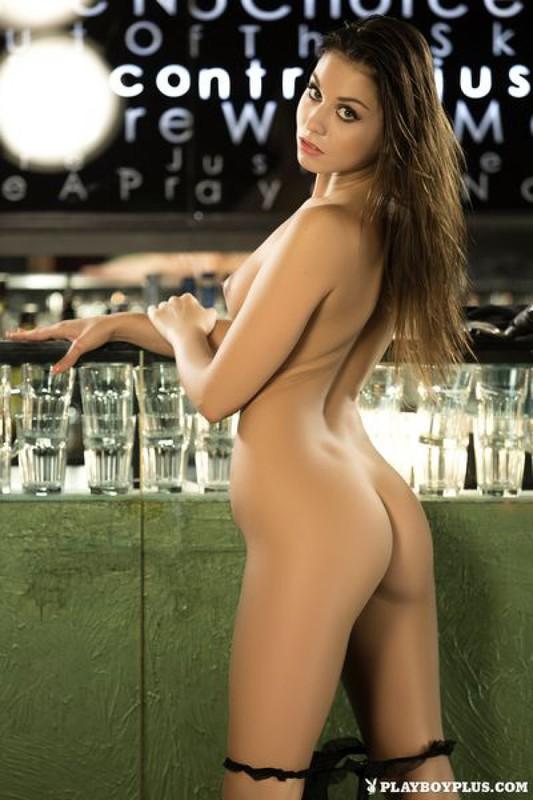 Барменша Сабрисса голая залезла на барную стойку