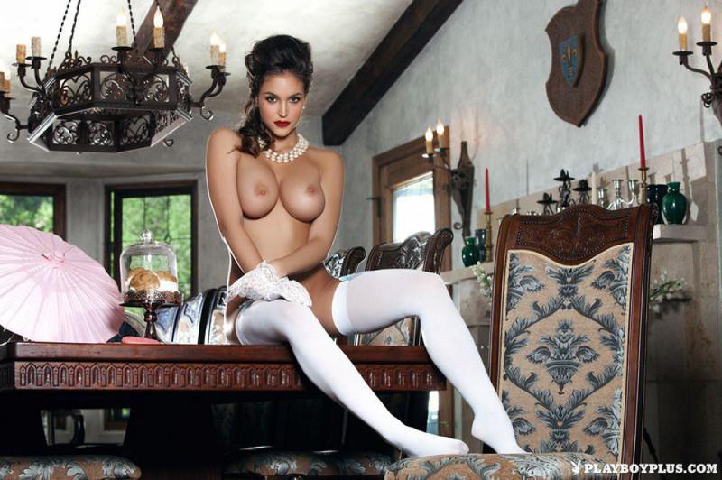 Элегантная Жаклин залезла на столик в белых чулочках