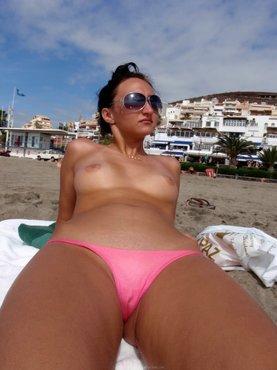 Marsha May стягивает с прелестей розовый купальник на пляже Калифорнии