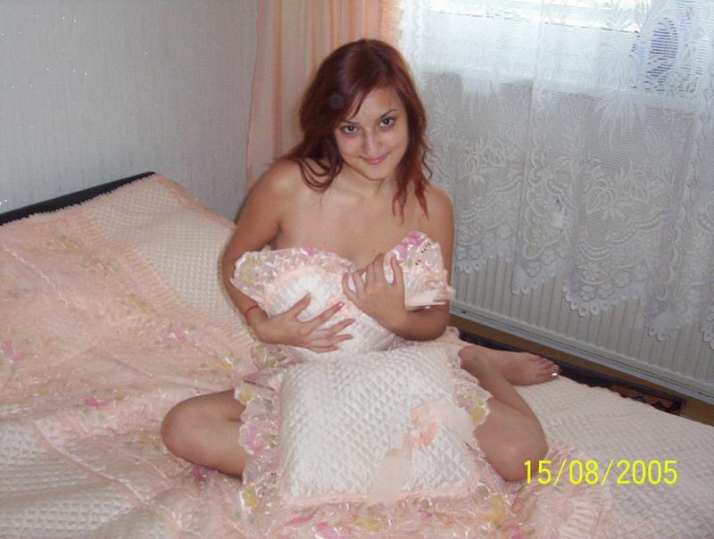 Армянка в трусиках легла на двуспальную кровать