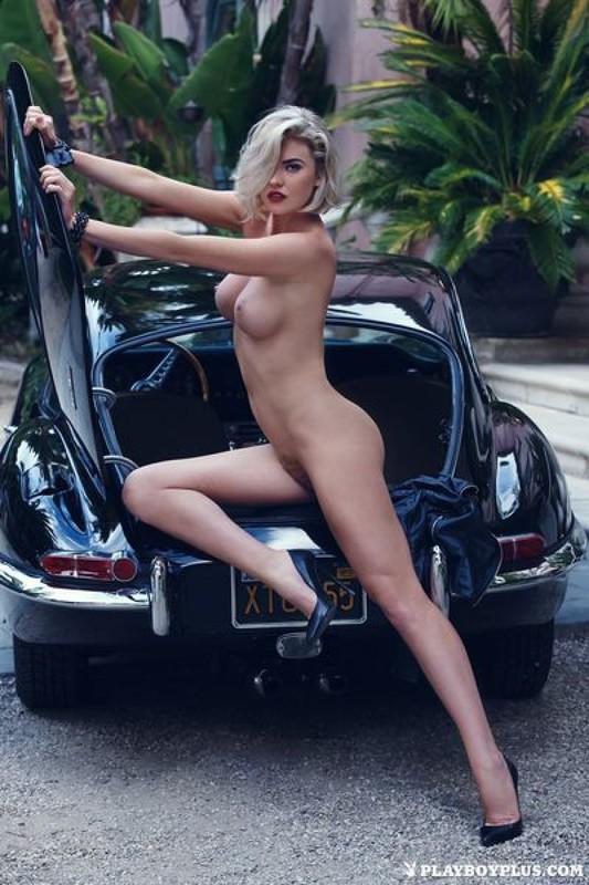 Неповторимая Кайли с пушистой вагиной снимается на бампере авто