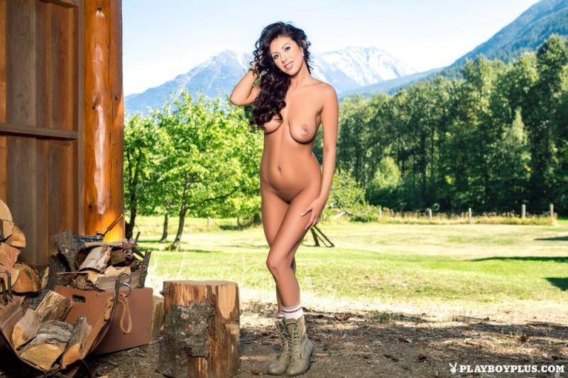 Фермерша Кристина обнажилась во время рубки дров