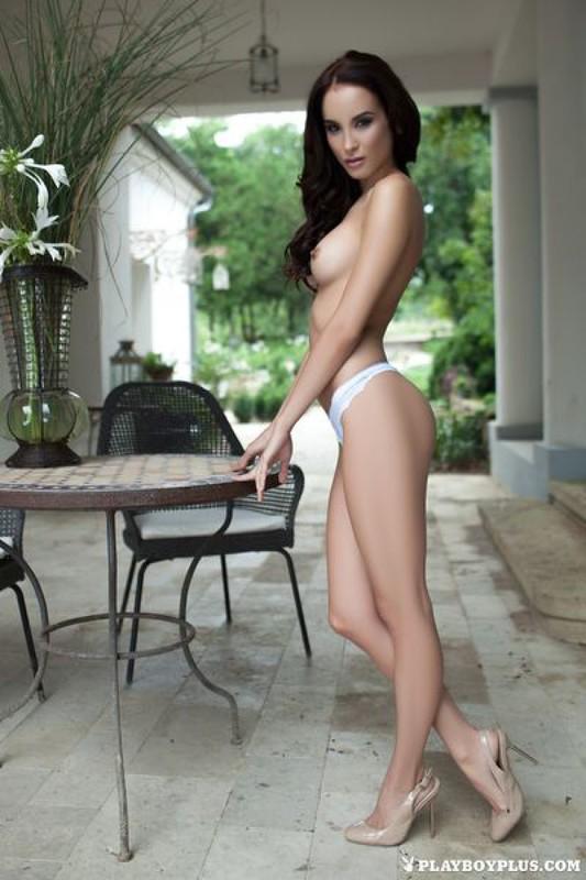 Жасмин сняла одежду возле выхода в сад