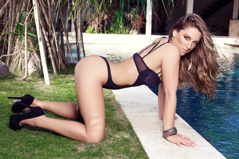 Ласковая Сара развлекается у бассейна своего загородного у себя в квартире