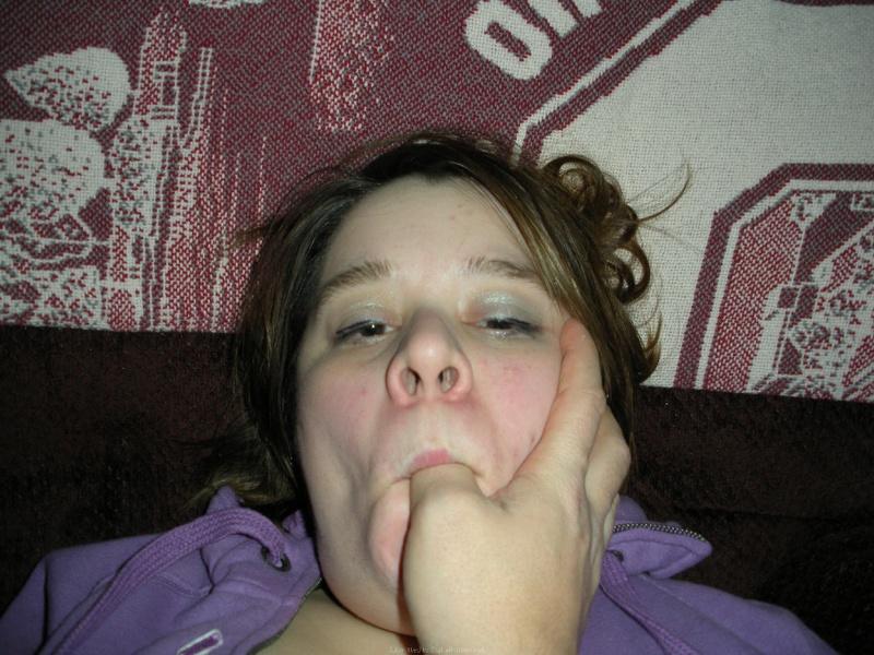 Пухлая девка пытается засунуть толстый огурец в жопу
