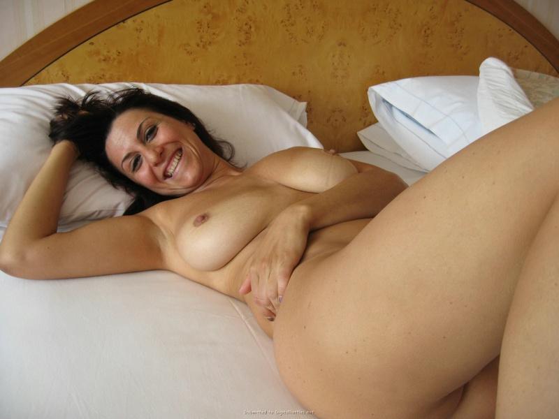 Большегрудая тетка показала вареник в спальне
