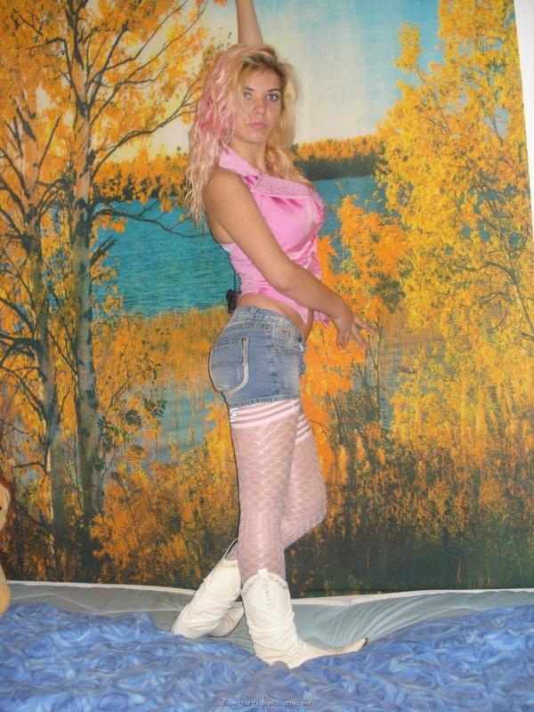 Спортивная блондинка позирует в вызывающем наряде