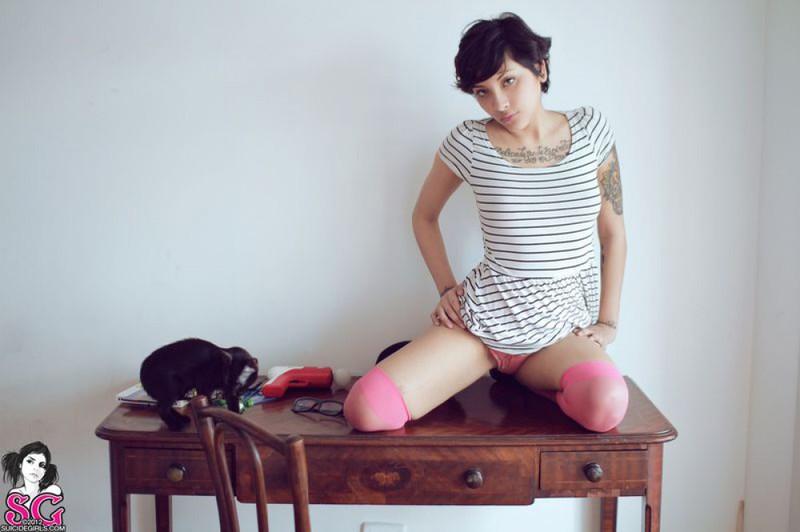 Изуми присела на столик будучи только в розовых чулках
