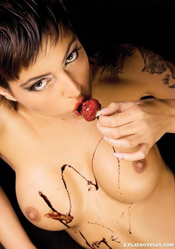 Фотомодель из Словакии участвует в сексапильной сессии для плейбоя смотреть эротику