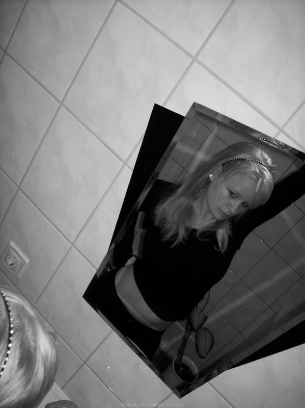 Светлая тёлка фотографируется в мансарде в красивом белье секс фото