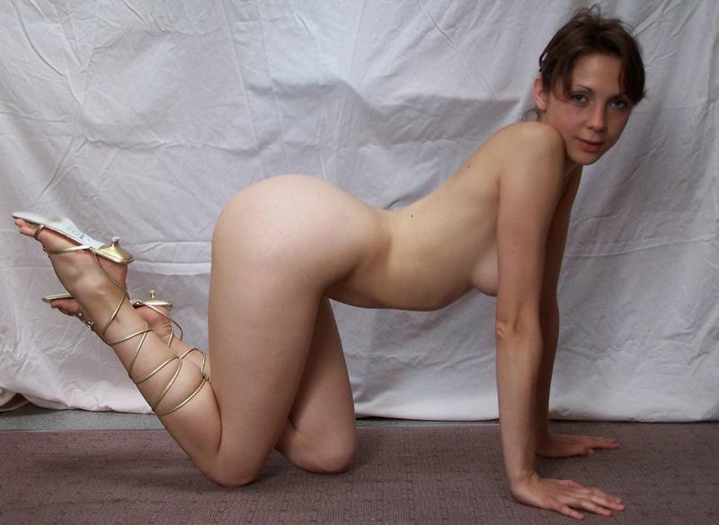 Тридцатидвухлетняя Марина разделась на светлом фоне