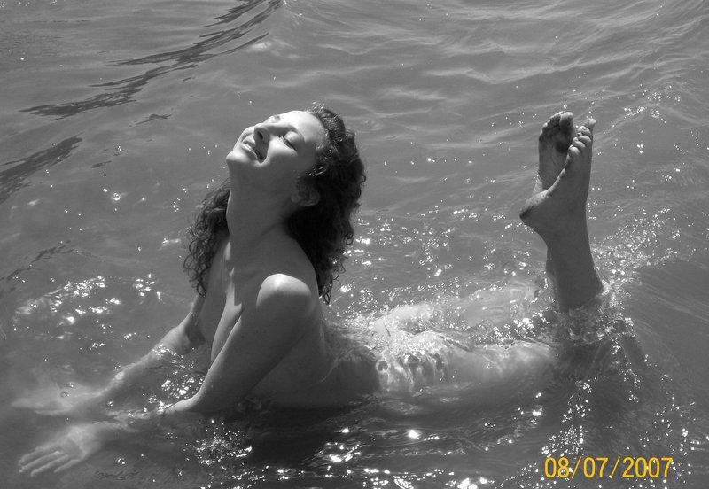 Оля купается в реке в голубеньких трусах смотреть эротику