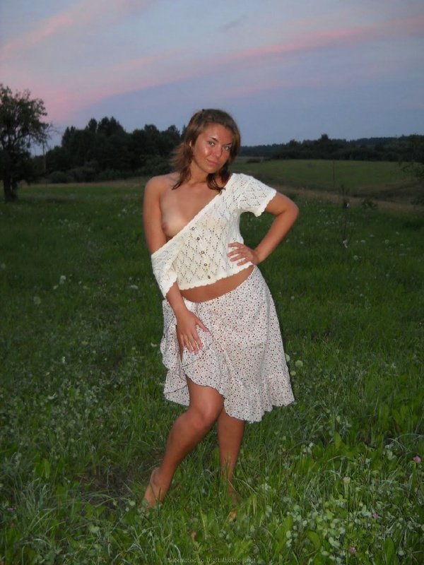 Деревенская милашка показала грудь в поле