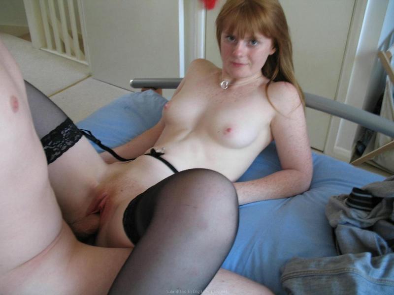 Медсестра снимает сексуальный костюм перед минетом