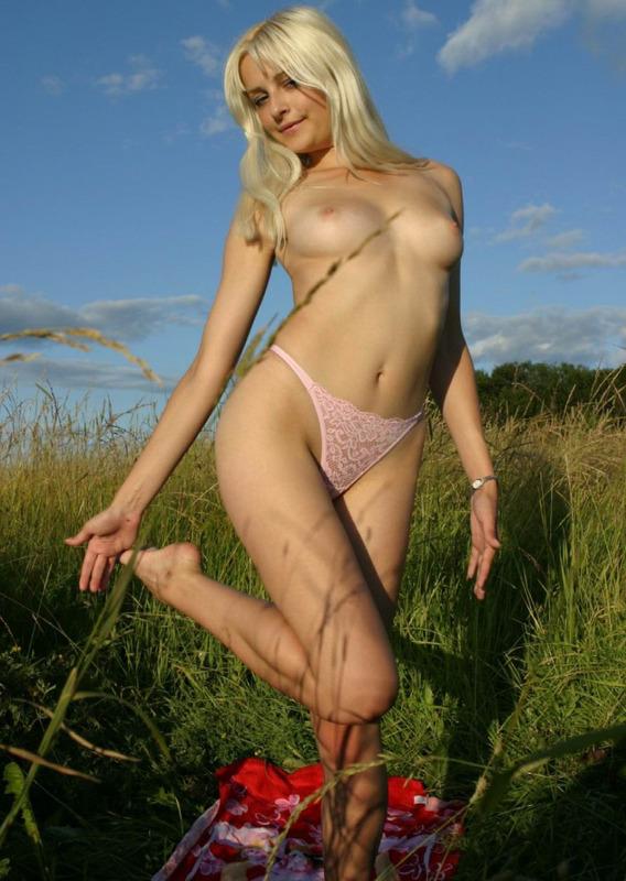 Светловолосая телка показала сиськи в высокой траве смотреть эротику