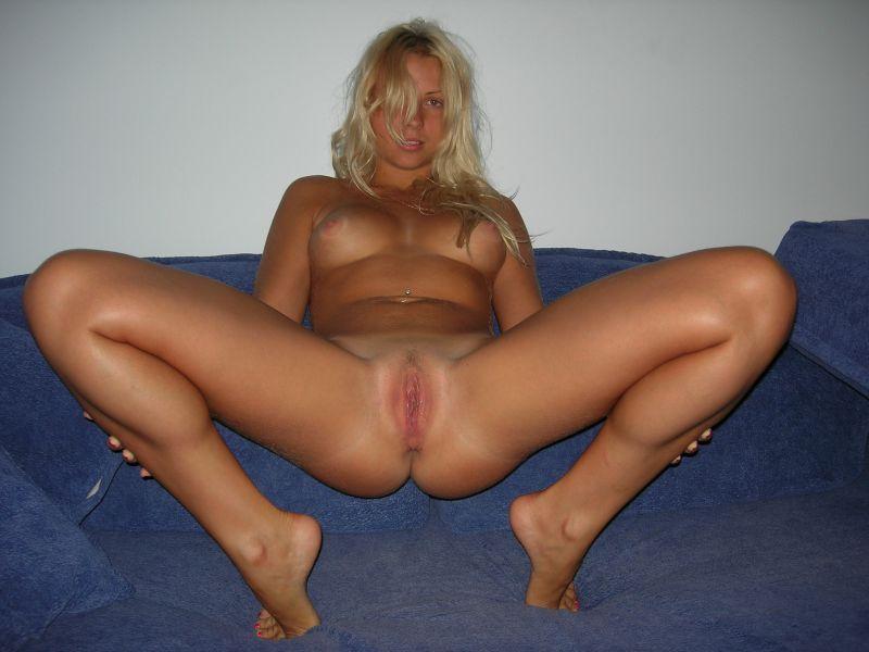 Девушка раздвинула ноги на полу