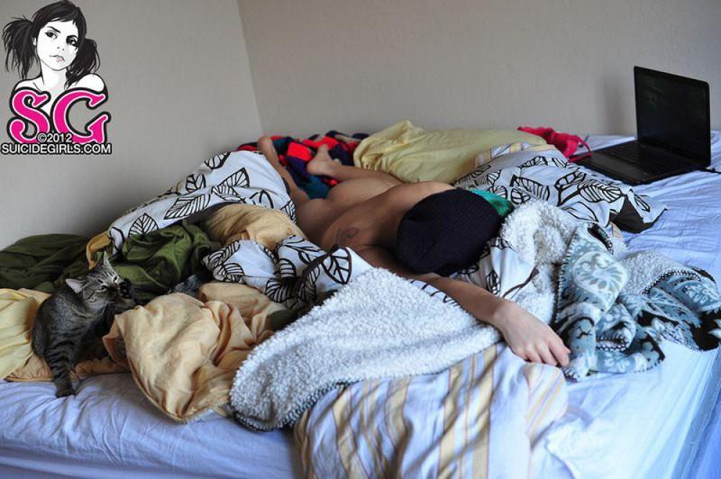 Зеленовласая Тилли лениво проводит выходной в кровати