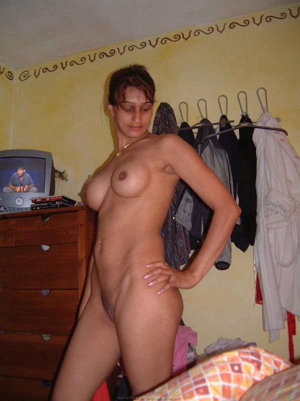 Арабка в своей квартире светит силиконовой грудью
