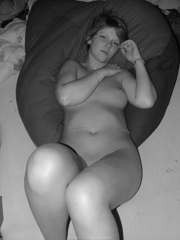 Игривая художница согласилась снять бельё в спальне перед мужем секс фото