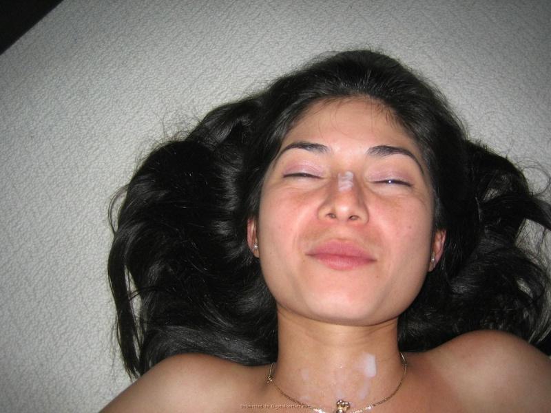 Брюнетистая подруга получила сперму на лицо