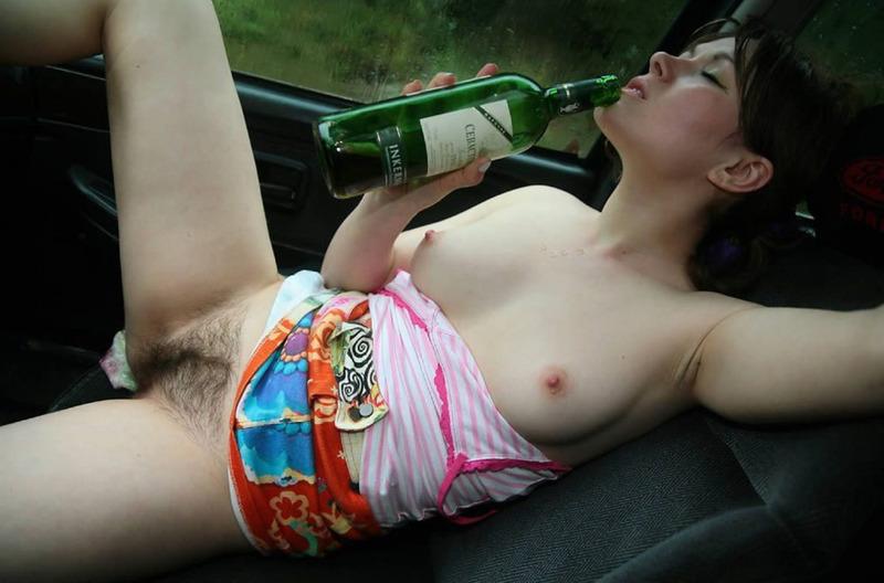 Деваха с пушистой вульвой бухает в авто