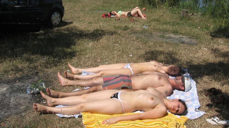 Мужик отдыхает с двумя подругами на природе