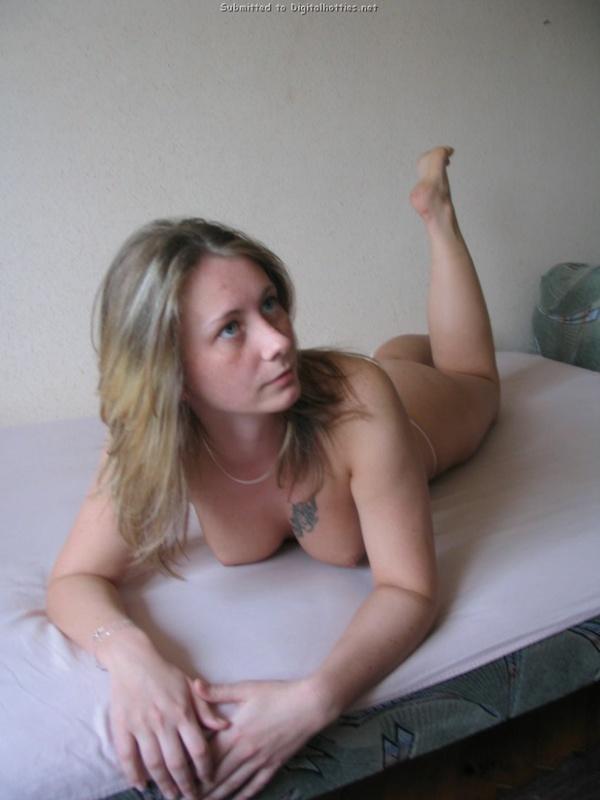 Молодуха после сна показала татуировку на голой сиське