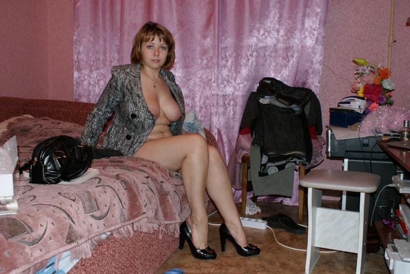 Мытая Марина играет в койке вывалив большая грудь