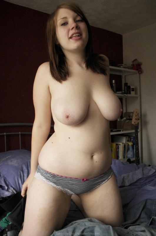 Толстая девка показывает крупные титьки в кровати