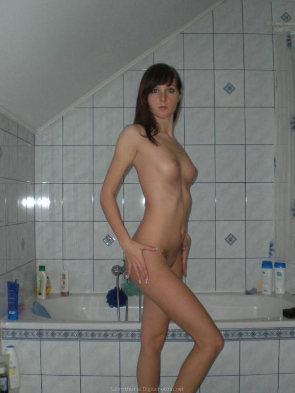 Обворожительная баловница возбудилась и разделась в ванной