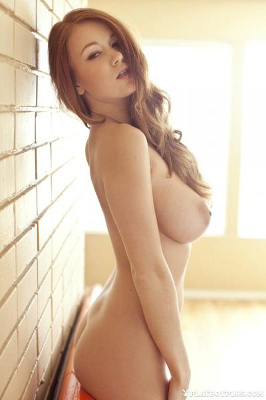 Нагая Лина Декер показывает гигантские груди
