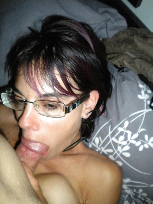 Шалунья в очках берет в рот маленький писюн перед совокуплением